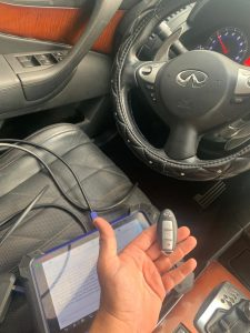 Coding a new Infiniti QX80 key by an automotive locksmith