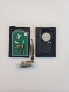 How the key fob looks inside, battery, chip and emergency key