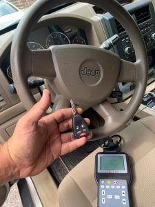 Automotive locksmith coding a new transponder key - Jeep Patriot